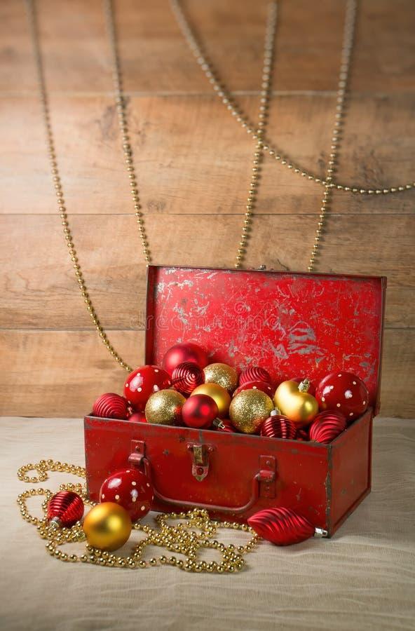 Babioles de Noël dans une boîte image libre de droits