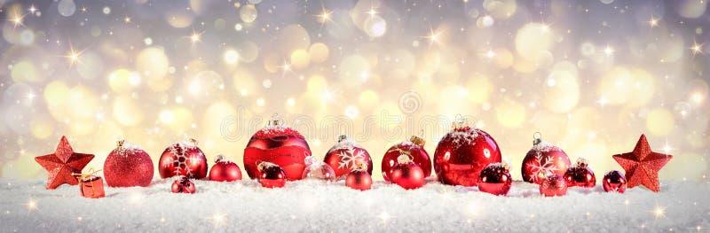 Babioles de Noël de vintage sur la neige photos libres de droits