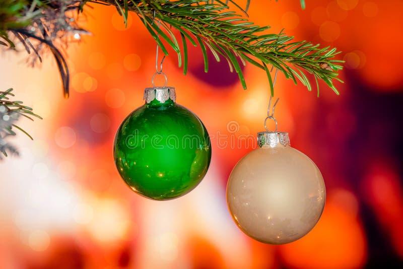 Babioles de Noël sur une branche de pin photographie stock libre de droits