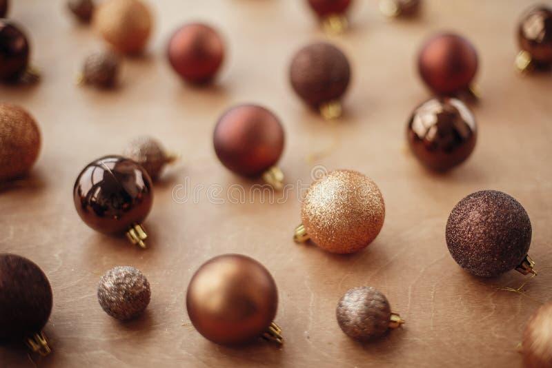 Babioles et boules d'or de scintillement de Noël sur le fond rustique photographie stock libre de droits