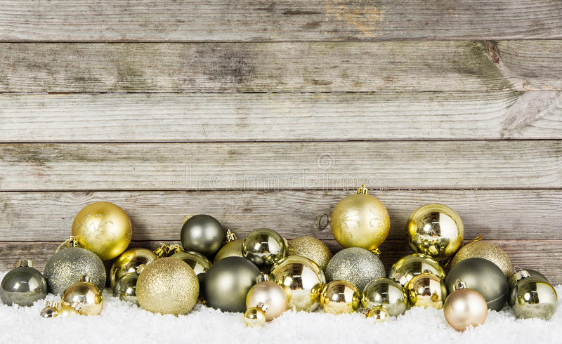Babioles métalliques assorties de Noël sur la neige image libre de droits