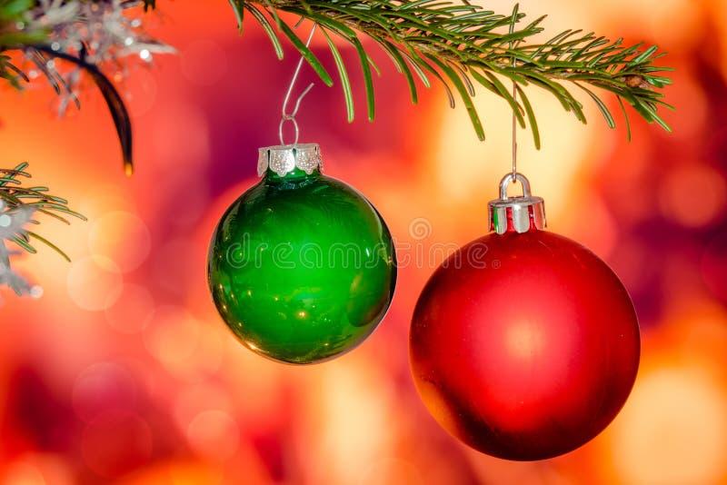 Babioles rouges et vertes de Noël image stock