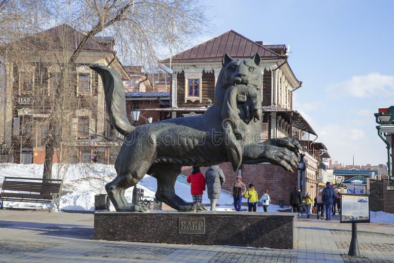 Babr阿穆尔河老虎,在他的牙的运载的黑貂-一个纪念碑标志在伊尔库次克,西伯利亚东部 免版税图库摄影