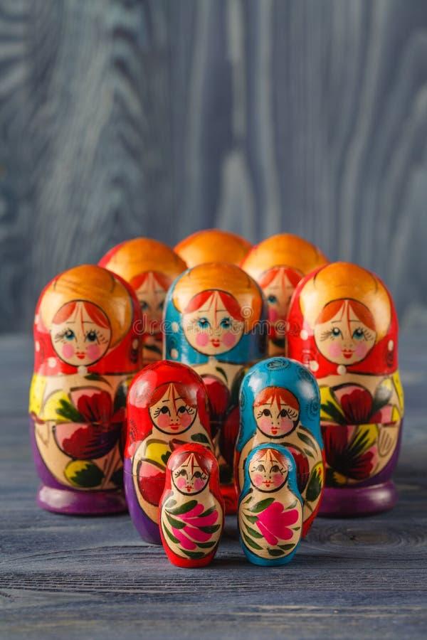 Babushkas o matryoshkas russi delle bambole di incastramento fotografie stock