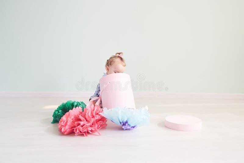 Baby öffnet das Geschenk rosa Kasten mit Bogen stockfotos