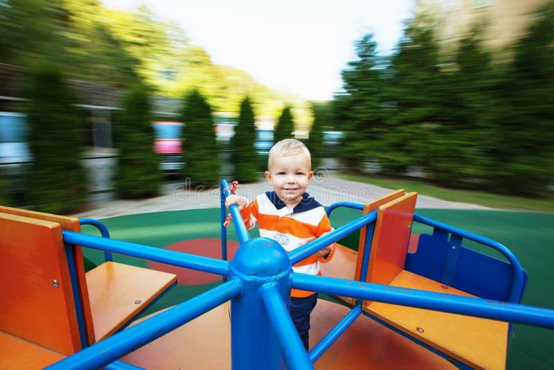 Baby auf dem Karussell stockfotografie