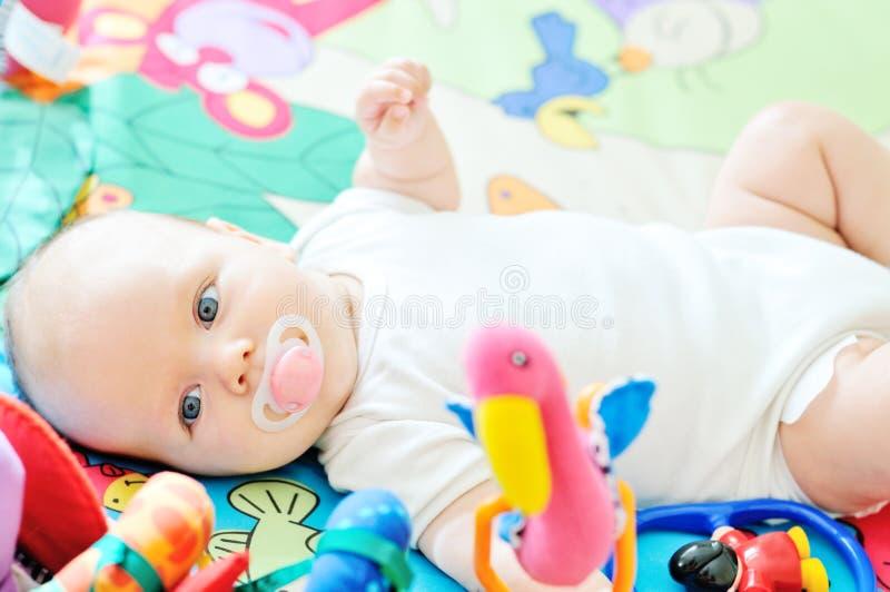 Baby auf dem Teppich lizenzfreie stockfotos