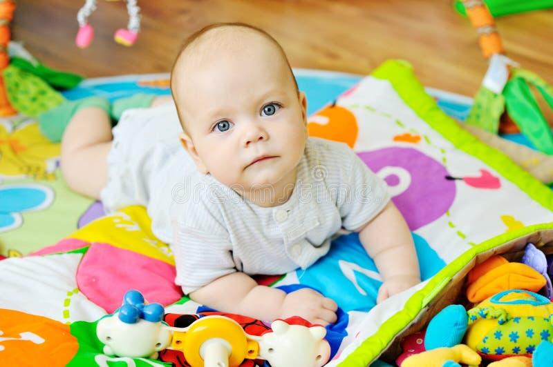 Baby auf dem Teppich lizenzfreie stockfotografie