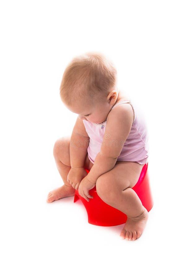 Baby auf dem Topf, weißer Hintergrund lizenzfreies stockbild