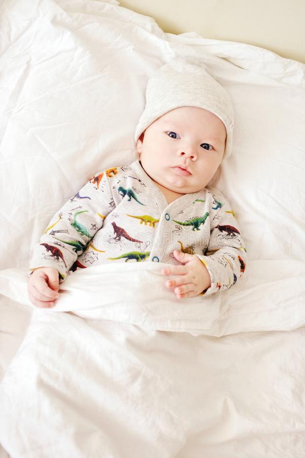 Baby auf den Eltern gehen zu Bett lizenzfreies stockfoto