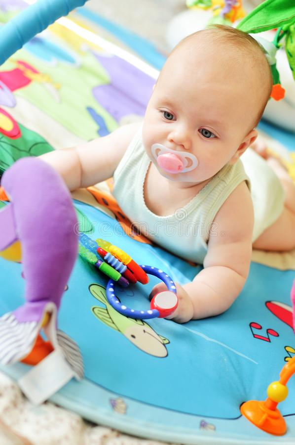 Baby auf der Wolldecke stockfotos