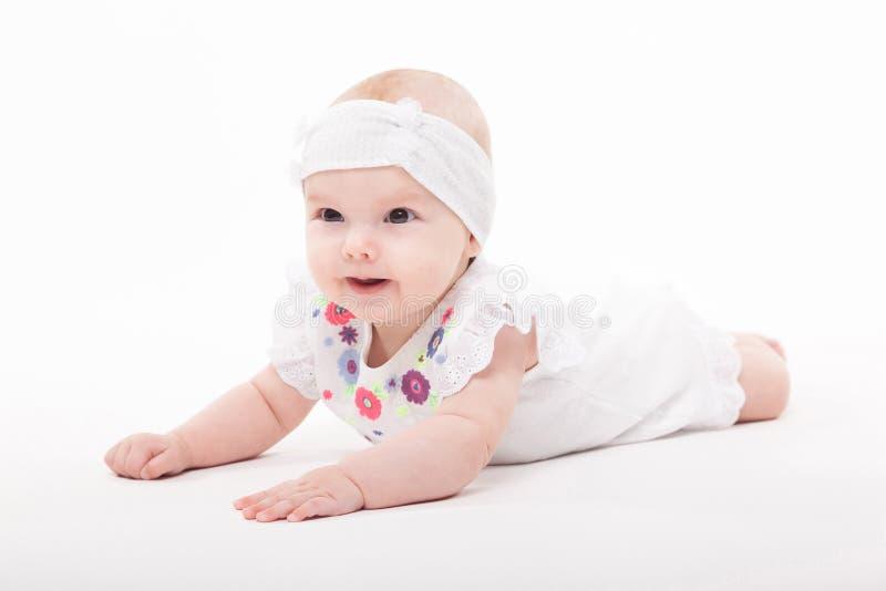 Baby auf einem weißen Hintergrund in einem schicken Kleid lizenzfreie stockfotos