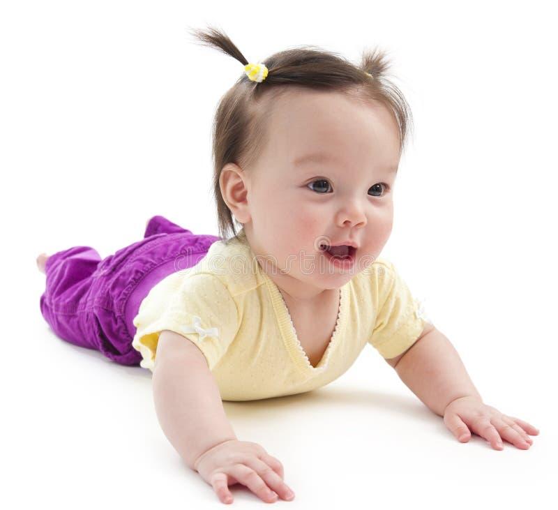 Baby auf ihrem Magen lizenzfreie stockbilder