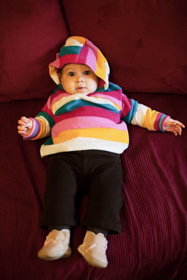 Baby auf Sofa lizenzfreies stockbild