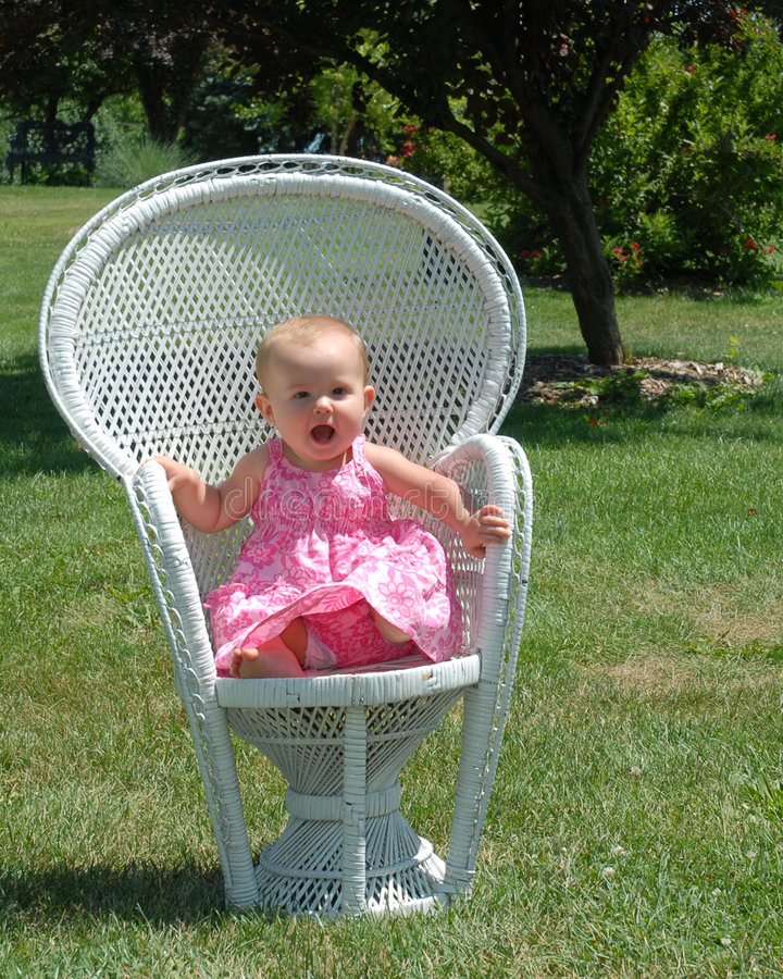 Baby auf Stuhl im Park lizenzfreies stockbild