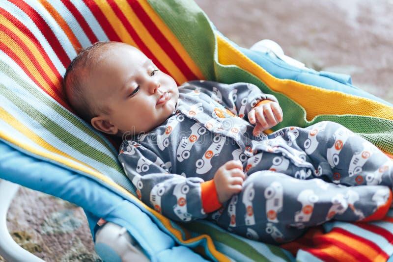 baby in babychaise ligstoel kleurrijk huis royalty-vrije stock afbeelding