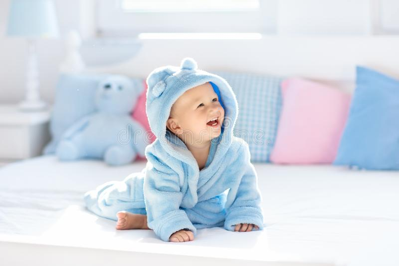 Baby in badjas of handdoek na bad stock foto's