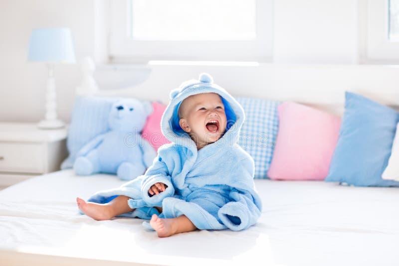 Baby in badjas of handdoek na bad royalty-vrije stock afbeelding