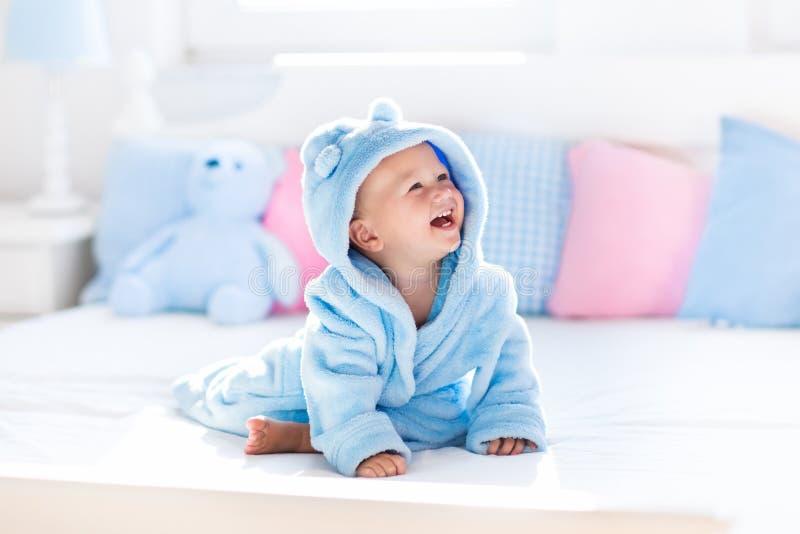 Baby in badjas of handdoek na bad royalty-vrije stock foto's