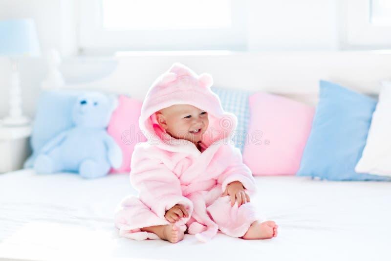 Baby in badjas of handdoek na bad royalty-vrije stock fotografie