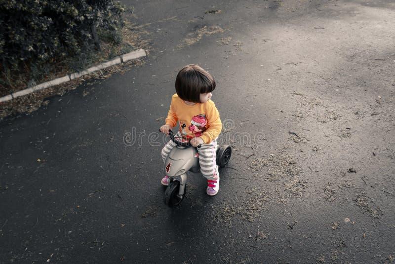 Baby berijdende fiets stock afbeeldingen