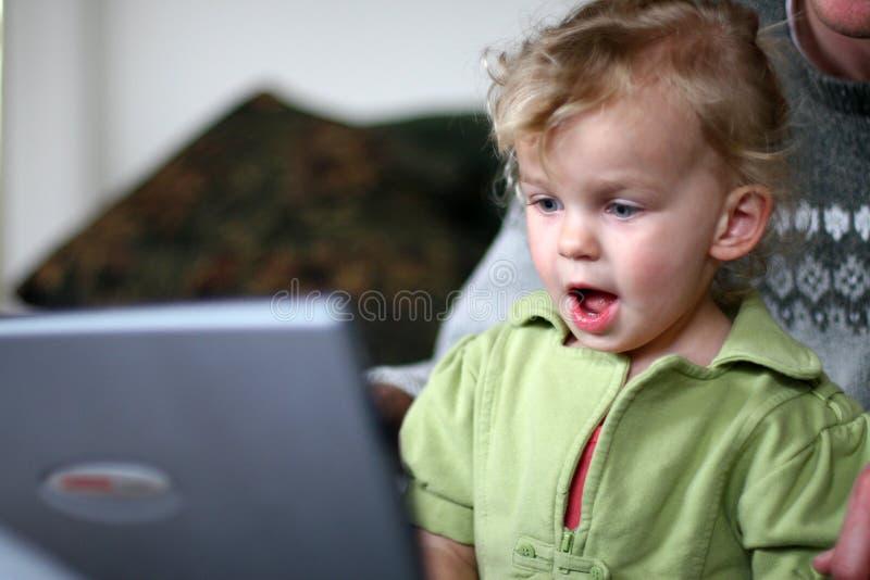 Baby bij een Computer stock fotografie