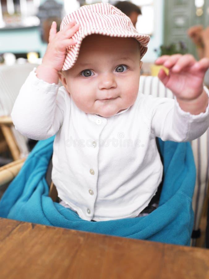 Baby bij Lijst in Restaurant royalty-vrije stock afbeelding