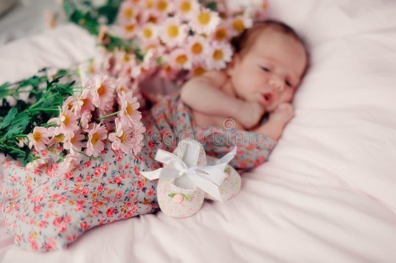 Baby in bloemen stock fotografie