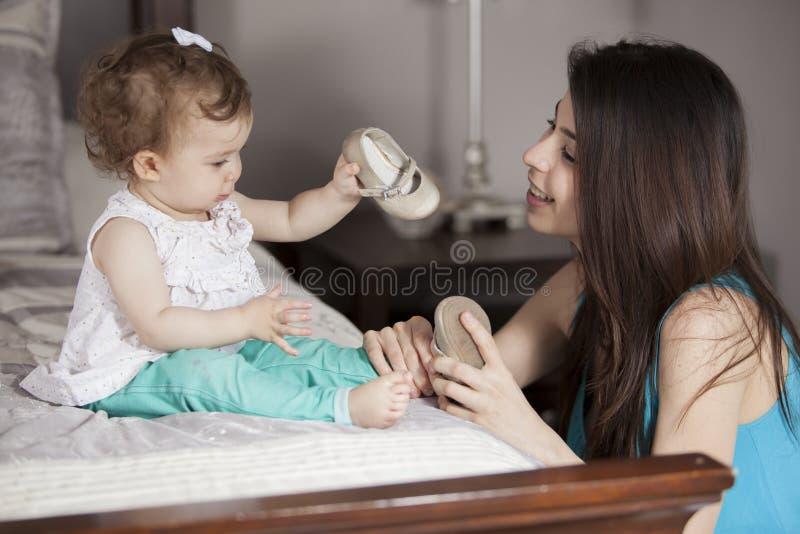 Baby, das angekleidet erhält stockfotografie