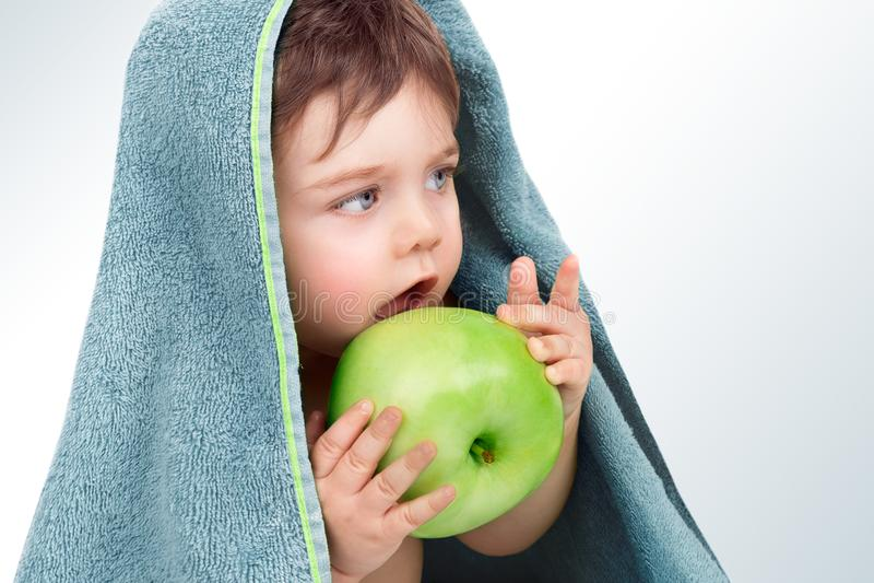 Baby, das Apfel isst lizenzfreie stockfotografie