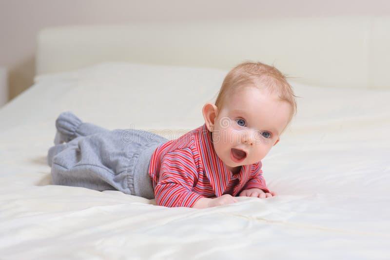 baby das auf bauch liegt stockfoto bild von kindheit 70267540. Black Bedroom Furniture Sets. Home Design Ideas
