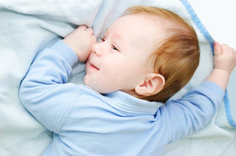 Baby, das auf Decke liegt stockfotografie