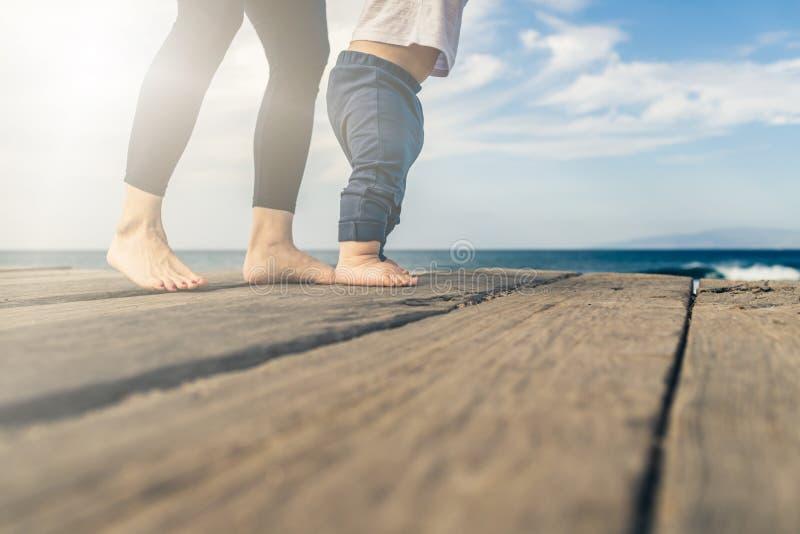 Baby, das auf den Strand am schönen Sommertag geht stockbild