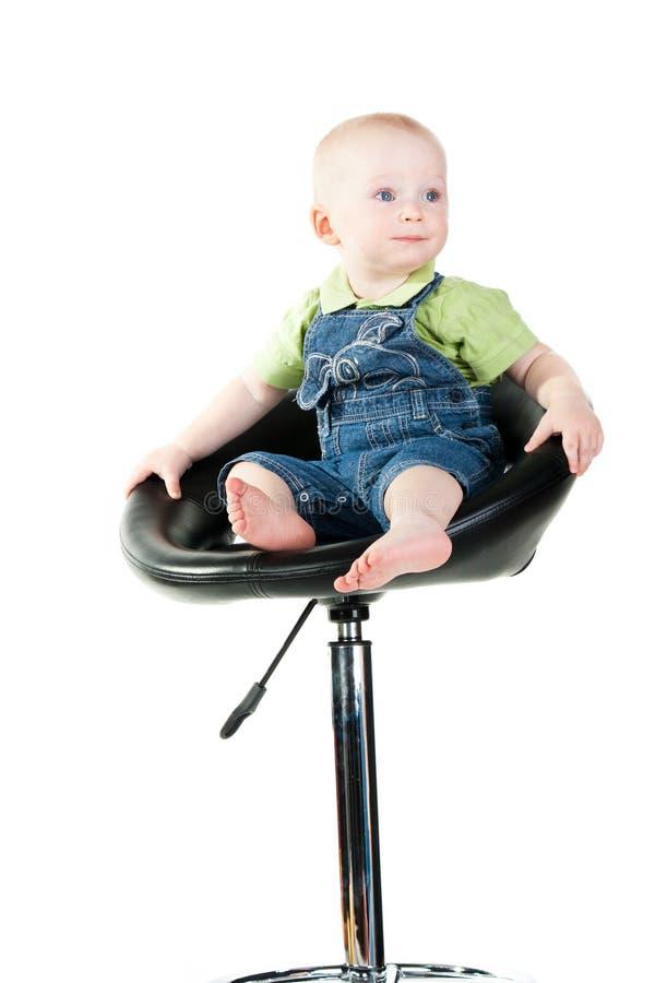 Baby, das auf einem Stabstuhl sitzt stockfotografie