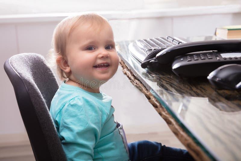 Baby, das auf Stuhl sitzt stockfoto