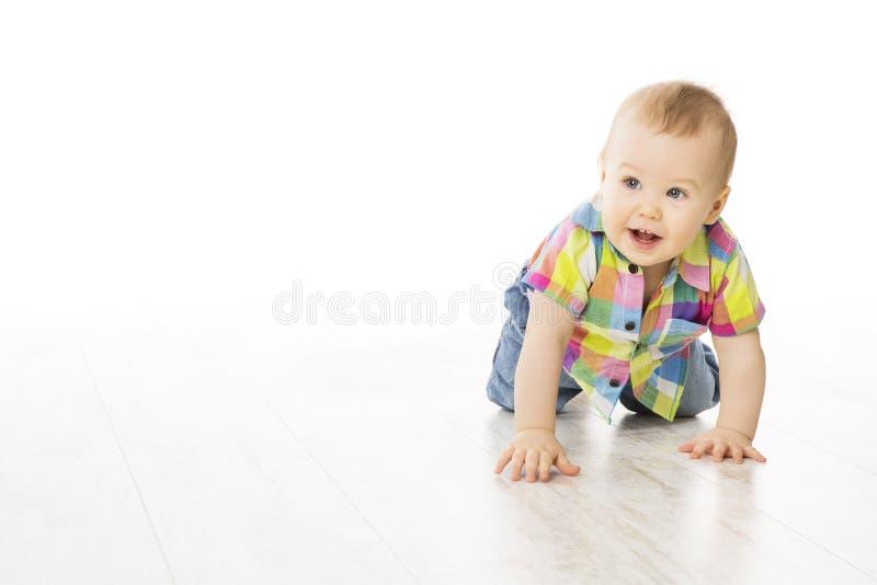 Baby, das auf weißen Boden, Kinderjungen-Schleichen auf allen fours, weiß kriecht stockfotografie