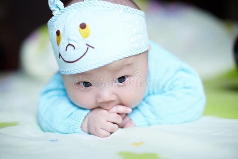 Baby, das Daumen saugt stockfotos