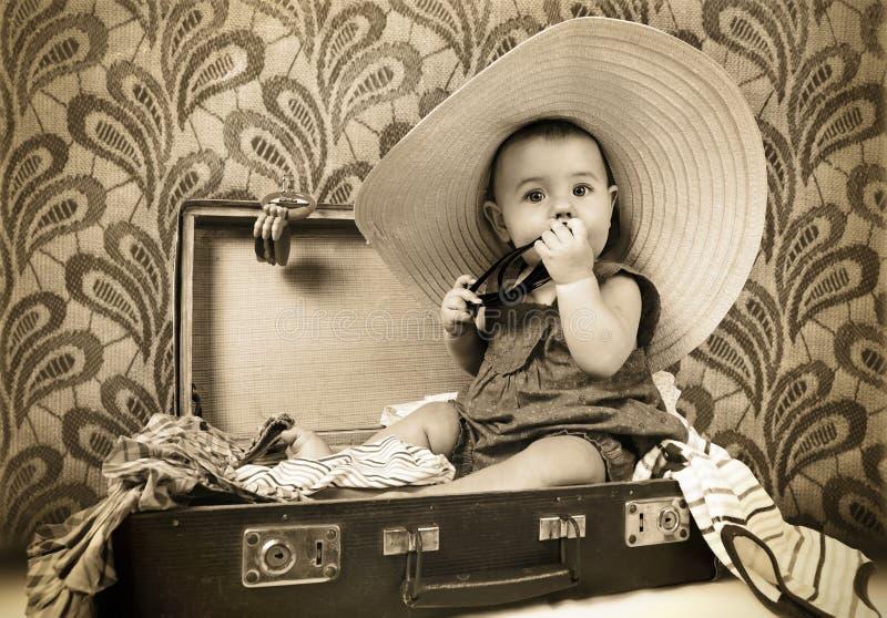 Baby, das in den alten Koffer sitzt lizenzfreie stockbilder