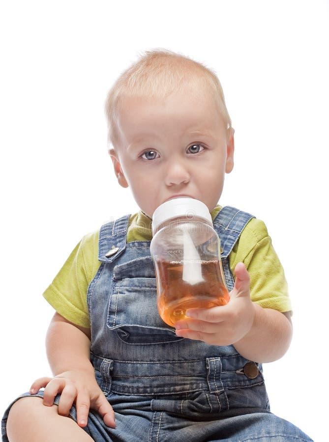 Baby, das den Saft trinkt stockbild