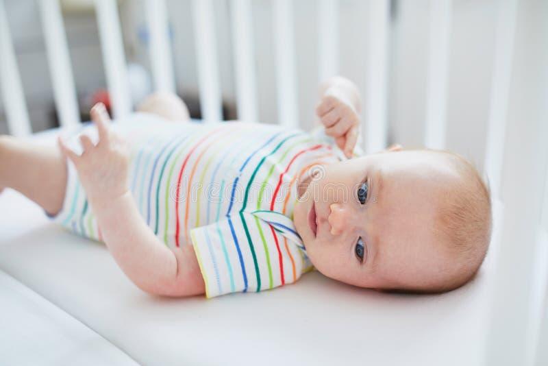 Baby, das in der Krippe liegt stockfotografie