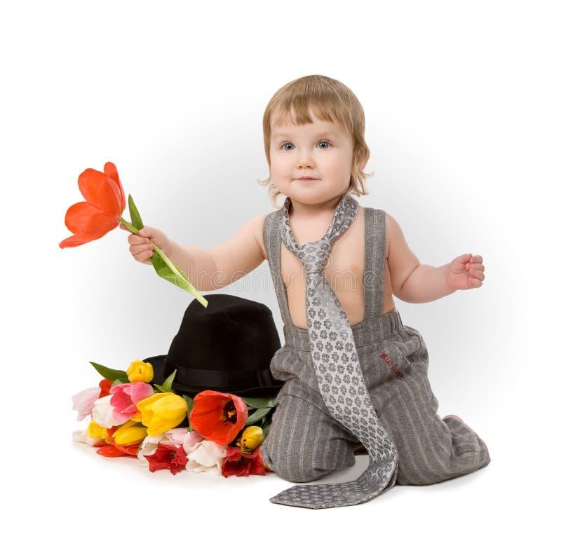 Baby, das eine Blume gibt lizenzfreie stockbilder