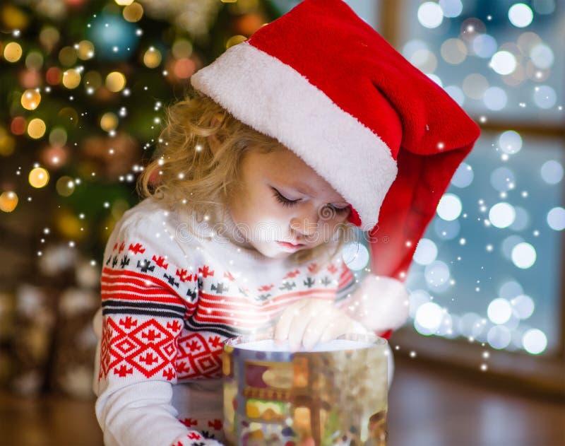 Baby, das eine magische Geschenkbox öffnet lizenzfreie stockfotografie