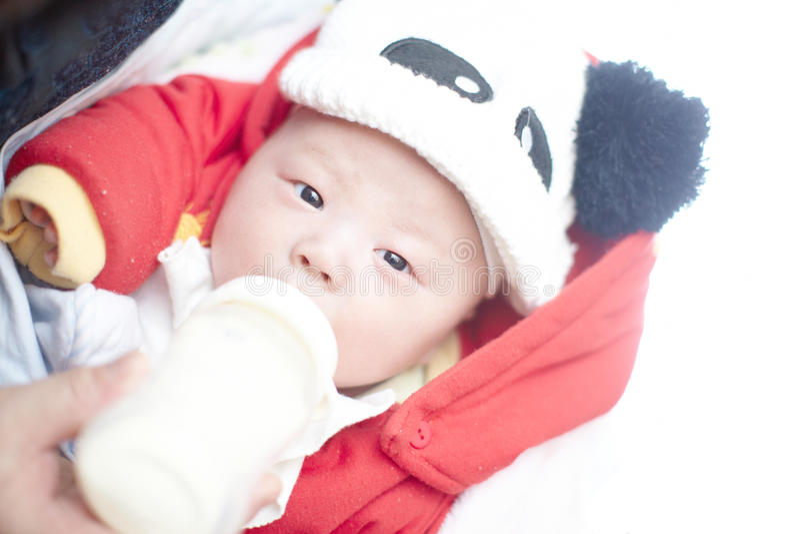 Baby, das eingezogen wird stockfotografie