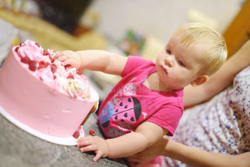 Baby, das Geburtstagskuchen isst stockfoto