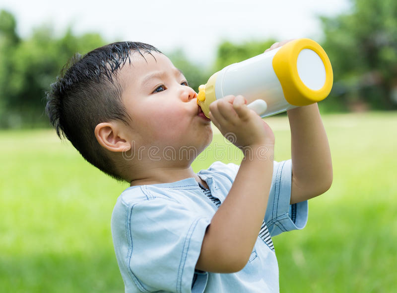 Baby, das so heiß sich fühlen und Getränk mit Wasser lizenzfreie stockfotografie