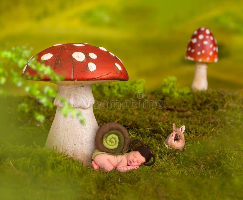 Baby, das im Märchenhintergrund schläft lizenzfreies stockfoto