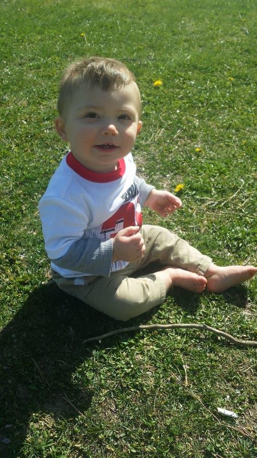Baby, das im Sommergras spielt lizenzfreie stockfotografie