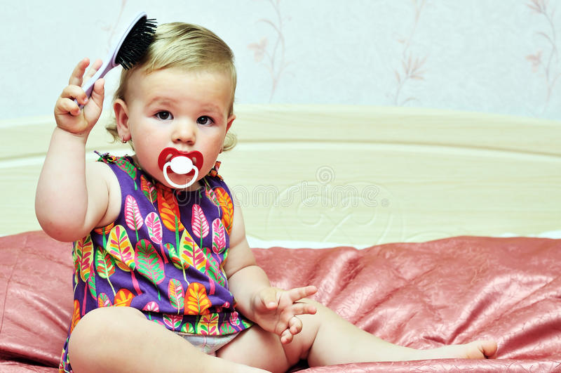 Baby, das Kamm verwendet stockbild