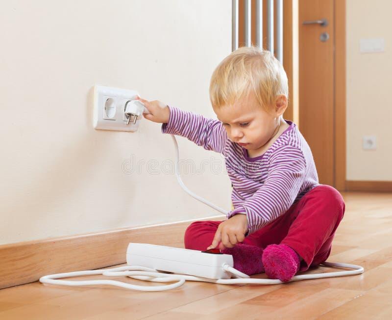 Baby, das mit elektrischer Erweiterung spielt lizenzfreies stockbild