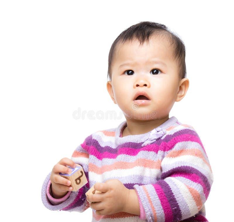 Baby, das mit Spielzeug spielt lizenzfreies stockfoto